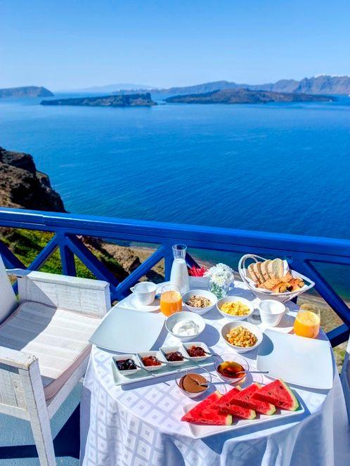 É muito fácil me imaginar sentada nessa poltrona tendo esse café da manhã incrível! Imagino que para você também :-)     Santorini - Ilhas Cyclades