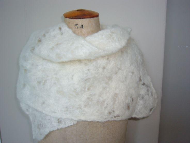 Sjaal van eskimo wol van drops. stukjes wol wat uit elkaar trekken en op noppen folie leggen en dan vilten.
