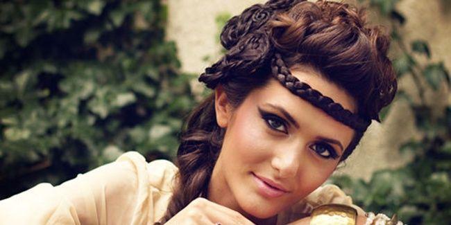 Vemale.com - Tutorial rambut ala Bohemian ini sangat amat mudah. Selain itu bisa untuk gaya rambut sehari-hari lho.