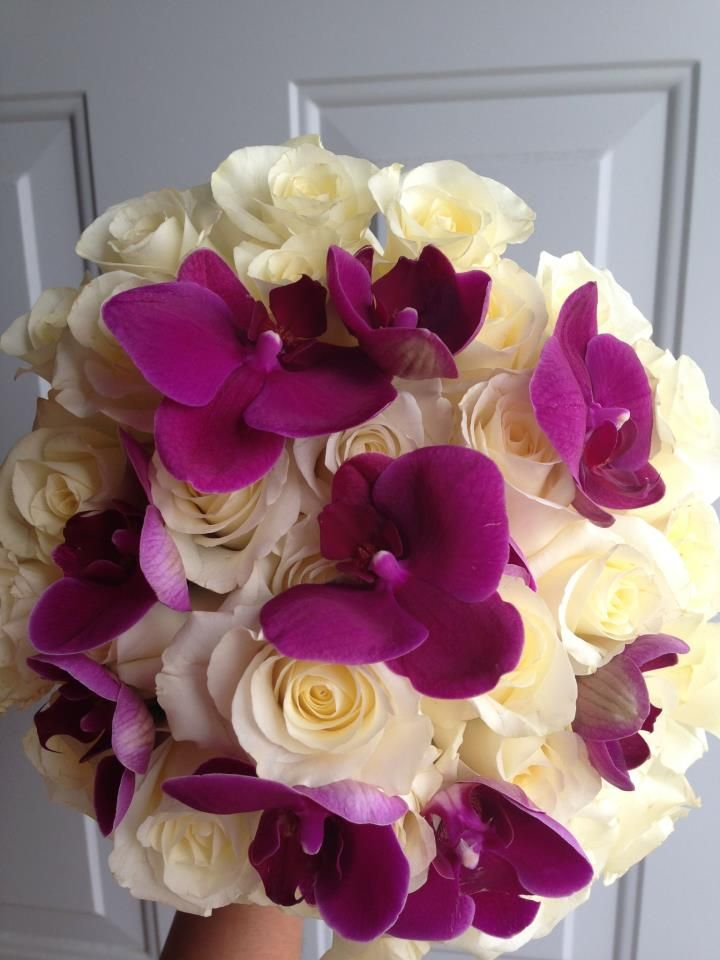 ramo con orquideas phalenopsis y rosas blancas/  bouquet with cream roses and purples orchids