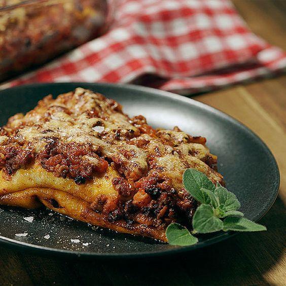 Aus den Abruzzen: Crespelle ripiene al ragù bolognese. Gefüllte Pfannkuchen mit Käse in einer würzigen Sauce nach Bologneser Art. Jetzt italienisch kochen!