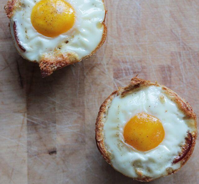 Diese Schinken-Ei-Muffins sind super einfach zu machen und ein totaler Hingucker auf dem Frühstückstisch! Aus Toast in einer Muffinform gebacken.