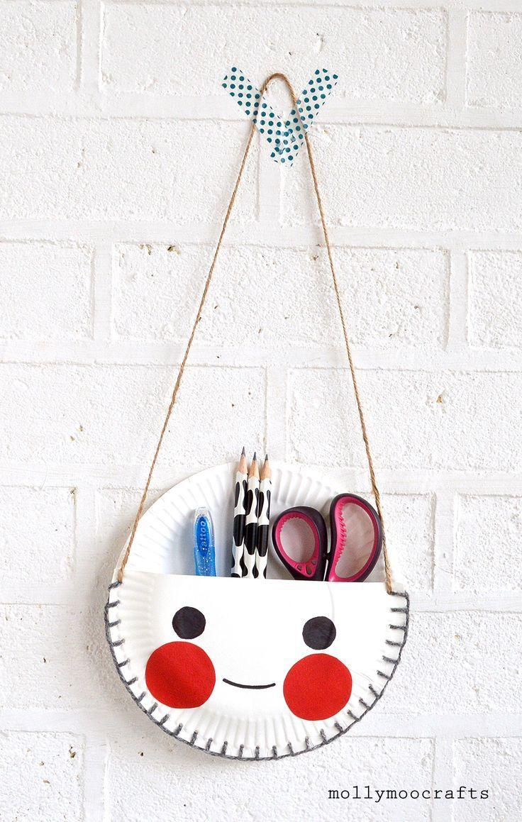 Bolso para colgar en la pared con cositas kraft hecho de platos de papel // paper plate desk tidy