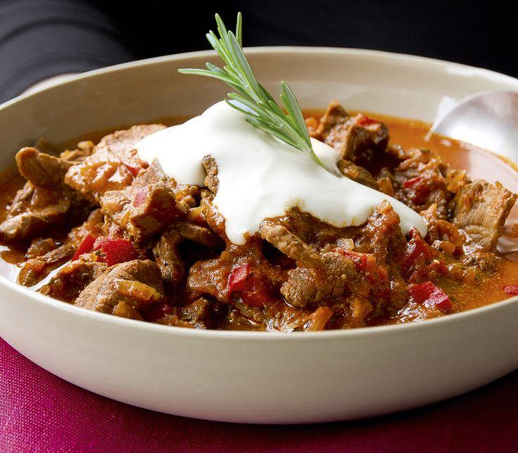 Die pfiffige Paprikasauce passt hervorragend zum Rindfleisch. Wer es nicht so scharf mag, gibt etwas mehr vom sauren Halbrahm über das Gericht.