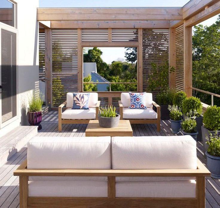 brise-vue balcon en bois et coin de détente avec meubles rembourrés