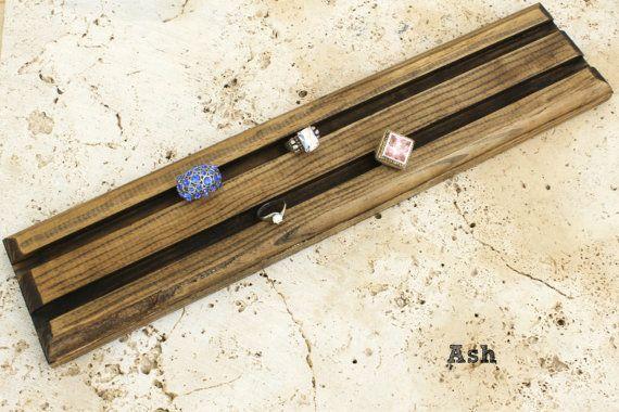 Multi-anillo tablilla que se muestra aquí en la mancha de ceniza.  -ELEGIR la mancha o la pintura (segunda fotografía) -Madera -Hechos a mano por nosotros en nuestro taller (hecho en los E.e.u.u.) -Joyería no incluida  MEDIDAS: 16 pulgadas de largo x 4 pulgadas wide.75 pulgada de espesor Son ranuras de 1/2 amplia y conveniente para los anillos finos y gruesos (ver foto 3)   NO HAY ÓRDENES DE ENCARGO, PLEASE.* **  DESCUENTOS: Ofrecemos descuentos del 20% en pedidos mínimos de $400. Si el…