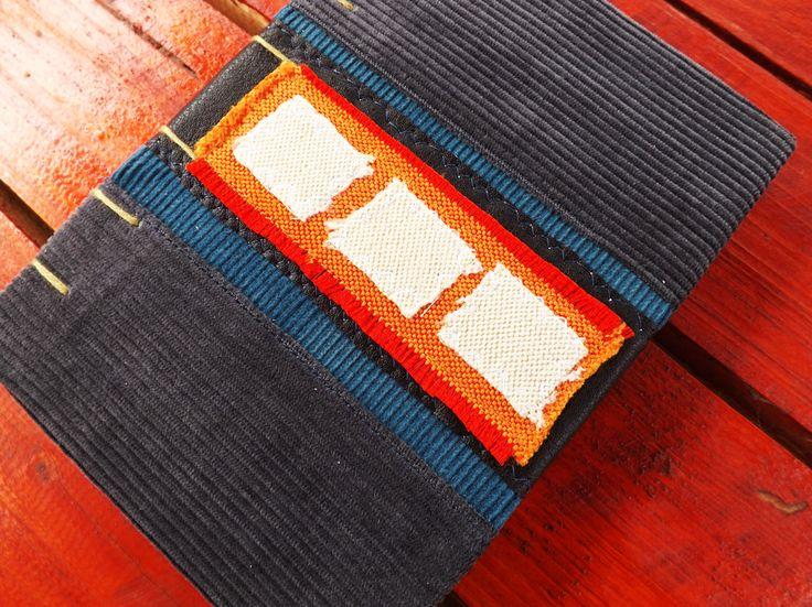 Orice produs handmade este unul special, iar jurnalul nostru nu este o excepție. Pânza catifelată cu care este îmbrăcată coperta îl face foarte plăcut la atingere, iar contrastul de culori îi adaugă un plus de atractivitate! Interiorul este format din 6 caiete a câte 20 pagini, cusute în stil copta, ceea ce îl face comod în folosire.