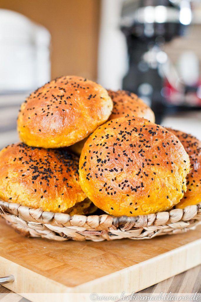 Ganz leckere Burger-Brötchen, die wunderbar fluffig und die durch die Zugabe von Karotten geschmacklich und optisch mal was anderes sind. :)