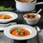 Tomatsuppe med kokosmelk og hvitløkskrutonger