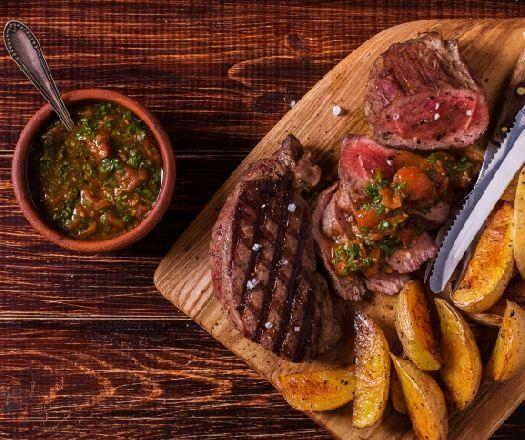 Ropogós rostélyos pikáns salsa szósszal és steak burgonyával  -- Mindmegette.hu
