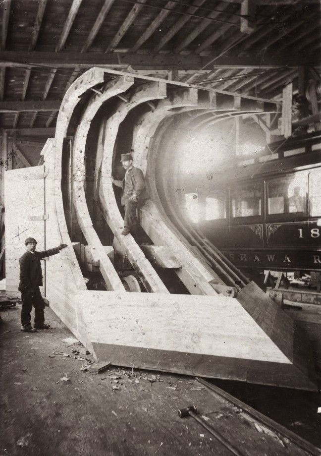 La construction du chasse-neige d'un train à la Rathbun Company, Ontario - 1890