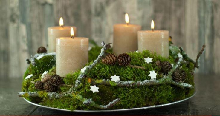 Adventskrans met mos, takjes, dennenappeltjes en kaarsen