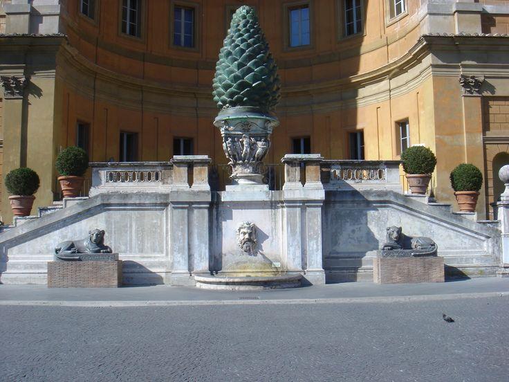 La Pigna romana, nell'omonimo cortile del Vaticano. La fontana della Pigna.