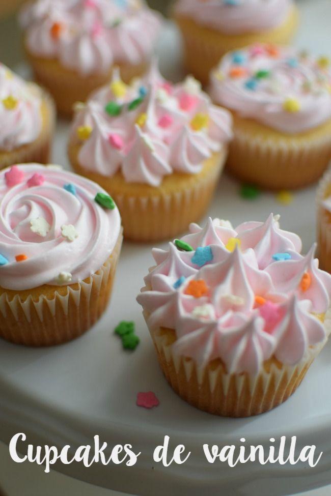 Cupcakes de vainilla {lo dulce de la sencillez} Esponjosos y ricos cupcakes de vainilla con glaseado de merengue
