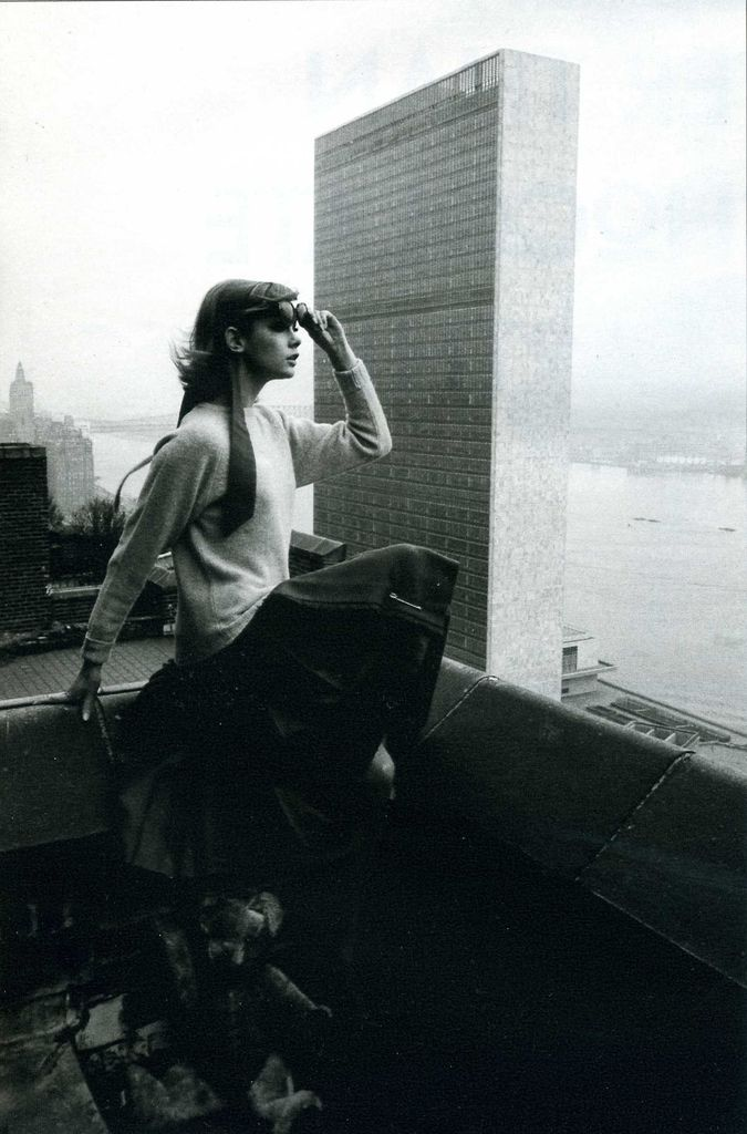 Jean Shrimpton in New York (the U.N. building just behind her), 1962. Photo…