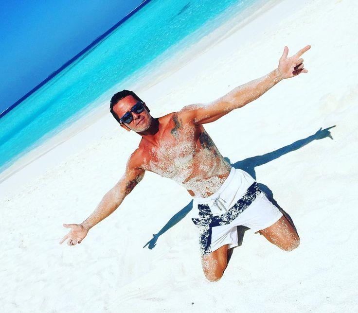Summer time #ilpalla #sea #life #lifestyle #mare #sole #sun #abbronzatura #sabbia #tattoo #sand #maldives #maldive #top #vilbrequin #glasses #mood #turchese #sale #beach #spiaggia #hot #caldo #borntobehappy #amazing #gentedimare #ginocchia by lucapalladini