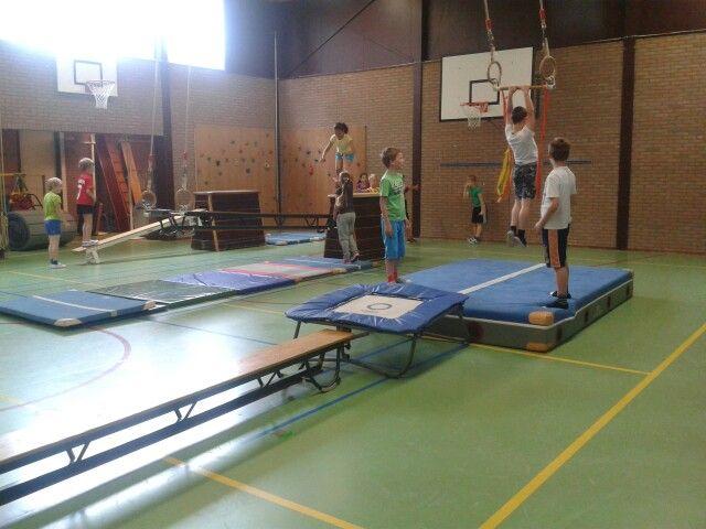 Vanaf de trampoline naar de rekstok springen.