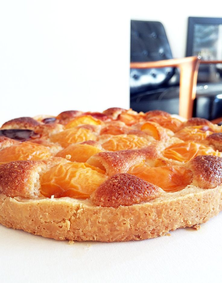 I bought some organic apricots at the store the other day and instantly got a craving for apricot tart. And somehow, I wanted to get some sweet almonds in there as well. If you want to fill your ta…