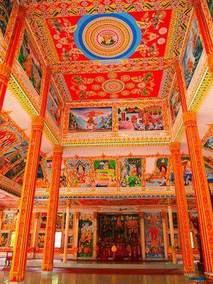 タートルアンの中は色鮮やか。ラオス 旅行・観光の見所!
