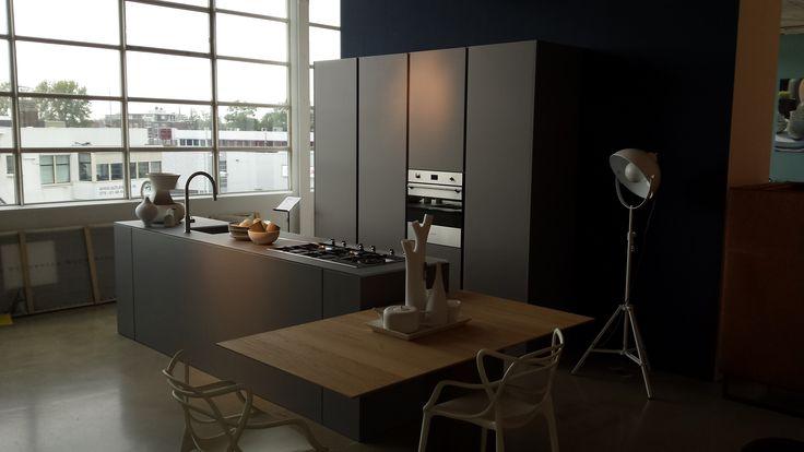 Modulnova Light keuken bij Loods5. Keuken met werkblad, fronten en hoge kasten van glas en zij- en achterwand afgwerkt met folding techniek. Kraan: MGS Spin D - Massief staal  www.homeconcepts.nl