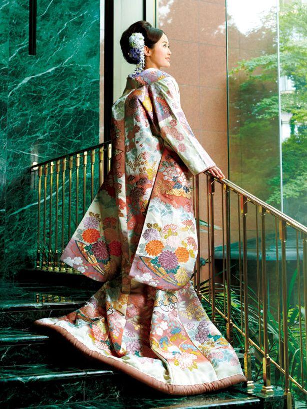 【淡い色調で伝統的な草花模様を織り出した、存在感のある唐織の打掛】市松取りのなかに四季折々の花と宝尽くし文様を織り出した唐織の打掛です。