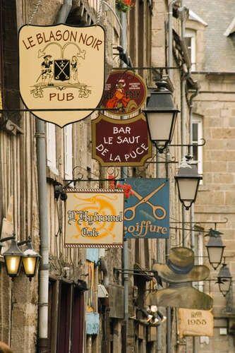 Jolies enseignes dans les rues de Dinan, Côtes d'Armor.