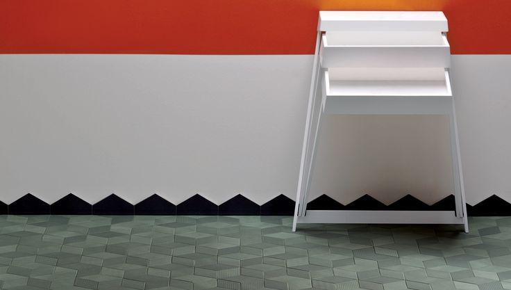 8 colori, ciascuno con tre tonalitá. Finitura superficiale ispirata al design tessile. Disponibile pattern montato su maglia.