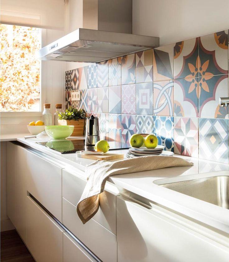 Con un antepecho de mosaico hidráulico, con los textiles, con papel pintado, con pintura, con tarros de colores, con electrodomésticos lacados...