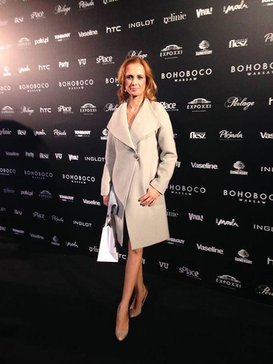 Pani Paulina Chylewska w płaszczu VITO VERGELIS podczas pokazu  Bohoboco