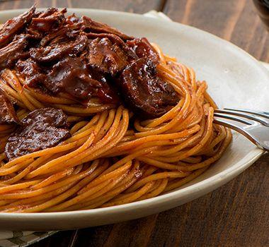 Fondant en bouche, ce bifteck accompagné de champignons tendres servis dans une sauce rouge rehaussée de balsamique est une savoureuse alternative à la sauce à la viande traditionnelle. Préparez cette sauce relevée le matin pour que le souper et ses arômes alléchants vous accueillent à votre retour du travail!   Astuces  Si vous aimez les sauces plus épaisses, retirez le couvercle de la mijoteuse pendant la dernière heure de cuisson pour qu'une partie du liquide s'évapore. Vous pouvez aussi…