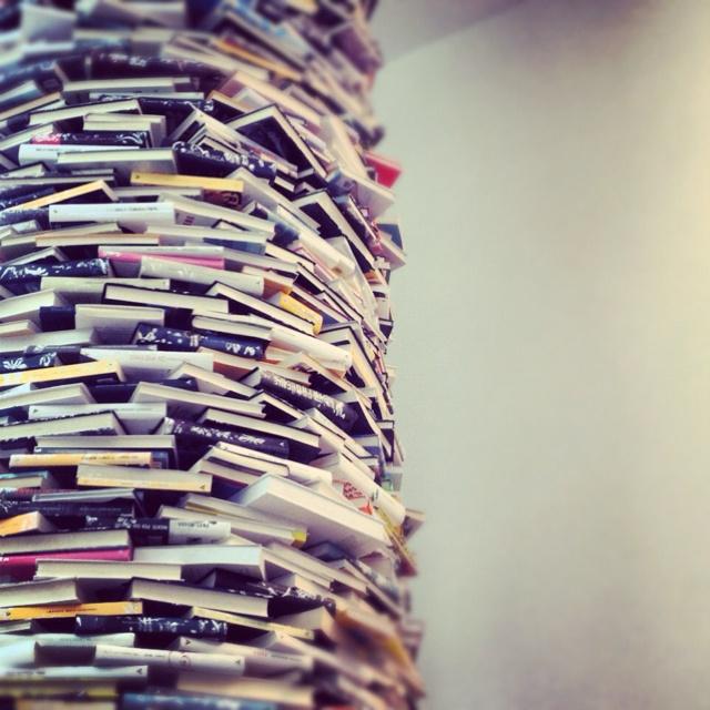 Colonna di libri in Regione Lombardia