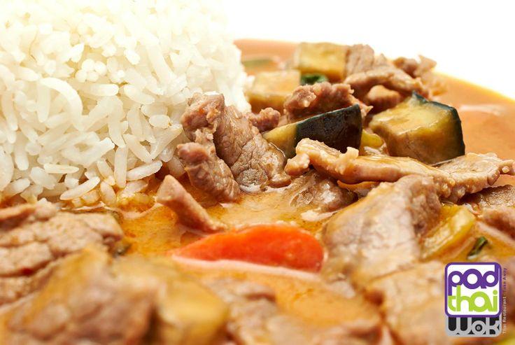 CURRY ROJO CON TERNERA / RED CURRY WITH BEEF ¿Sabías que... Los Currys Tailandeses son una versión mejorada del #curry hindú? Su sabor y aroma son más apreciados. En su preparación se usa la leche de #coco, #lima, #lemongrass y #galangal o jengibre azul. En Tailandia, los currys se diferencian por su color -rojo, verde, amarillo- o por sus ingredientes #massaman o #panang. + Info bit.ly/1mkcxaM bit.ly/TPKF6E   Did you know that... The Thai Currys are a improved version of Indian #curry?