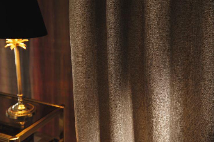 La plus ancienne et traditionnelle méthode de teinture au monde (le Cold Dyed) a été utilisée sur le voile « Belle Amante », afin d'obtenir cette pigmentation artisanale, 100% naturelle. Passez vos doigts au dos du tissu : la chaîne de coton a subi un traitement chimique supplémentaire afin d'obtenir cet effet cachemire. Cette chaîne de coton s'entrecroise avec un fil de chenille de lin plus épais et un fil de viscose. A leur surface, un ultime voile de lamination Or, Parme ou Argent, selon…