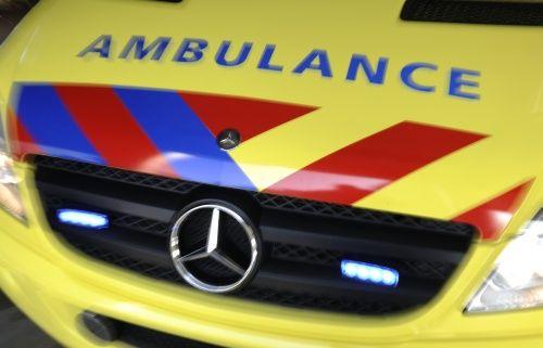Automobiliste rijdt wooncentrum binnen: dode en gewonde