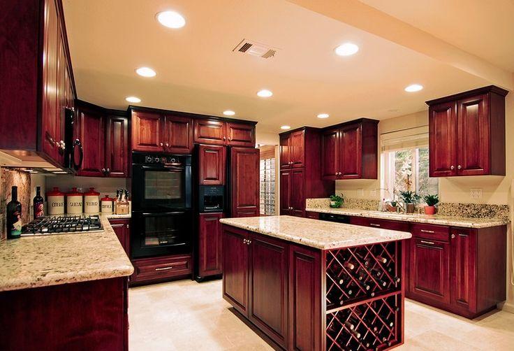 Ahşap, inşaatta, özellikle mutfakta kullanılan ortak bir malzemedir. Çam, meşe, kiraz veya maun ağacı en çok tercih edilen ahşaplardır. Farklı tonlarda ve desenlerden yapılmıştır. Mutf