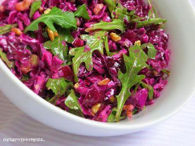 Knackiger Rotkohl und Granatapfel mit fruchtigen Dressing - das ist geballte Kraft pur, denn dieser Salat steckt voller Vitalstoffe und macht müde Gemüter wieder munter. Schon alleine die Farbpracht a