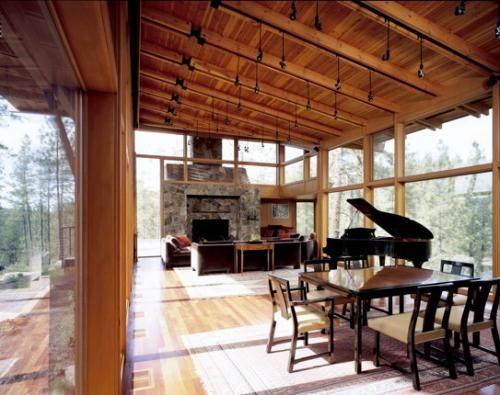 Ridge House  av smått brilljanta Tom Kundig  från Olson Sundberg Kundig Allen Architects  ligger på en ås i  östra delan av delstaten Washington. Huset som har vissa japanska vibbar består mer eller mindre av trälådor (väldigt vackra trälådor) som ligger på de tre krön som åsen naturligt består av. Fasaden är klädd i sten och liggande träpanel. Väldigt vacker hus, framförallt så gillar jag vardagsrummet som ligger på en bro som förenar två delar av huset/åsen.          > Ridge Hou...