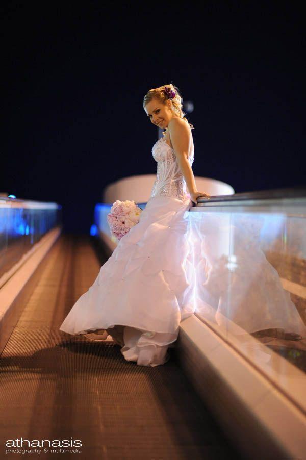 Η νύφη σε νυχτερινή φωτογράφηση.