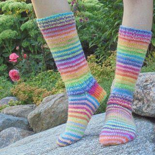 Ekat räsymattosukat; väreinä vaahtokarkki ja sateenkaari #villasukat #woolsocks #sukkaapukkaa #novitaknits #neuloosi #7veljestä #knitting #knittingaddict