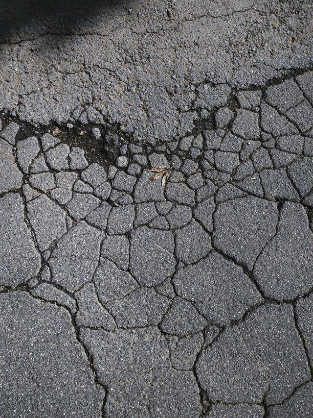 ひび割れたアスファルトに落ちた葉っぱ テクスチャ のフリー素材 Sidewalk