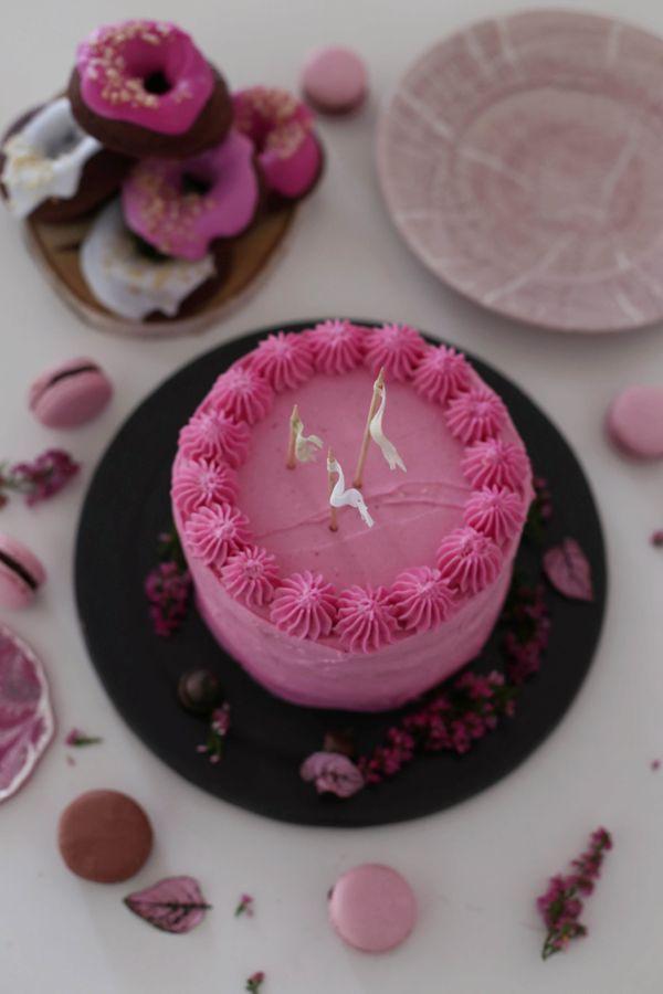 Fräulein Klein : Rote Beete-Schokoladentorte mit Walnüssen • Schokoladen-Macadamia-Donuts mit Glasur