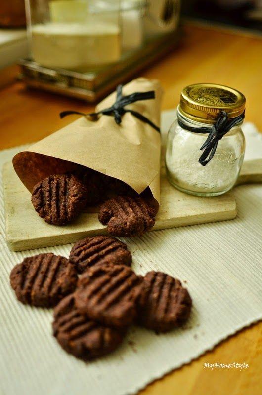 Před nedávnem skoro každá druhá blogerka pekla koka sušenky.  A tak jsem je zkusila i já, protože všechno kokosové miluju, zvlášť kupo...