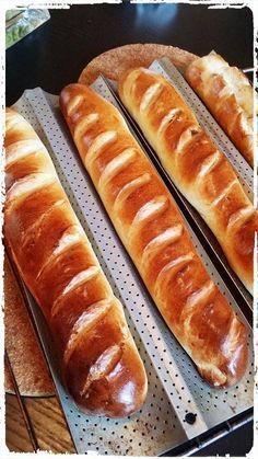 Baguette viennoise Ingrédients: 500 g de farine 20 g de levure de boulanger fraiche 2 cuillères à café de sel 90 g de sucre 240 g de lait 70 g de beurre 1 oeuf Pour la dorure et la garniture: 1 jaune d'œuf 1 tout petit peu d'eau 1 poignée de pépites de chocolat par baguette.