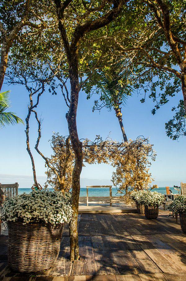 Cerimônia de casamento na praia com vista para o mar na Pousada Bahia Bonita, em Trancoso - decoração com flores brancas e altar coberto de primaveras (bougainvilles) desidratadas ( Foto: Debora Pitanguy | Decoração: Congrega Bahia )