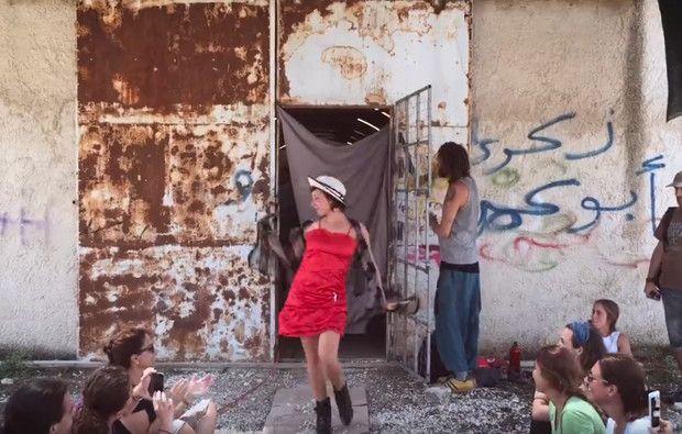 Para que os ocidentais percebam que solidariedade não é limpar os armários, um grupo de voluntários do campo de refugiados de Katsikas, um dos mais dramáticos da Grécia, realizou este vídeo com uma passagem de modelos tragico-cómica