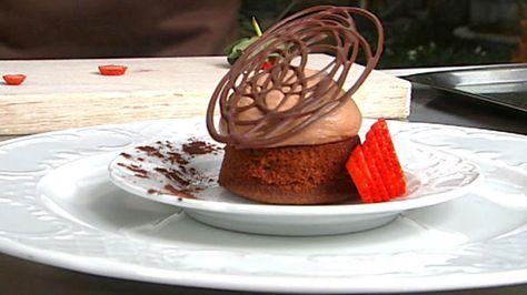 De skønneste tunge chokoladebunde med en let chokoladeskum og lidt friske bær. Uhm. Denne opskrift fra Mette Blomsterberg er et sikkert hit hos gæsterne.