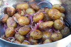 Potatissallad med soltorkade tomater och röd lök är ett utmärkt tillbehör till grillat kött eller till buffé. Denna innehåller läckert