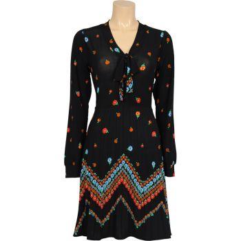 Jaren 20 stijl jurkje met lange mouw en strik in de hals. Bovenstuk heeft knoopsluiting voor en de rok is in plisse. Mooi kleurrijk streep-motief. Lengte maat M 95 cm.