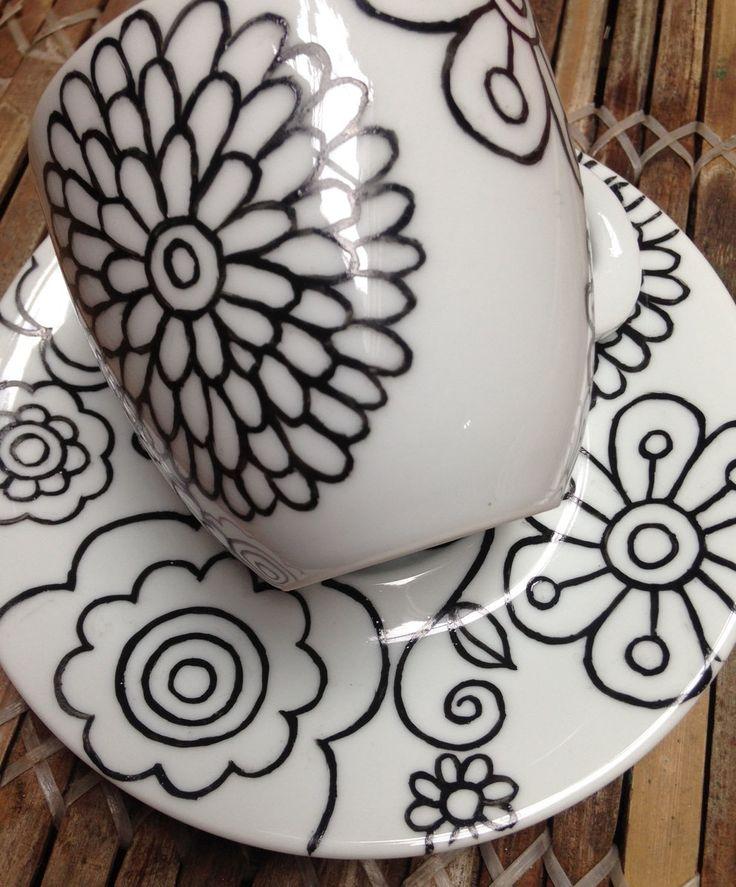 Xícara em porcelana branca pintada à mão  Para capuccino, café ou chá!  xícara com altura 7,5 cm e diâmetro 8 cm  prato com diâmetro 15,5 cm  pode ir ao micro-ondas e lava-louças