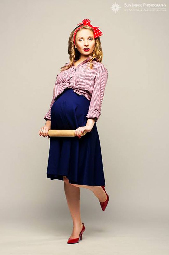 Ingenious! Victoria Savostianova of Sun Inside Photography did this fun themed photoshoot with a soon-to-be mum, Natasha Davidenko Mokrousova, remaking her as a gorgeously styled pregnant pin-up girl. It's a cute and celebratory take on the important life event.